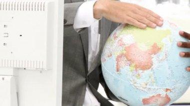 Gros plan d'un globe terrestre — Vidéo