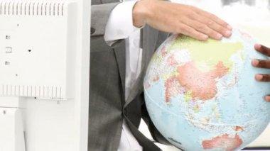 Primo piano di un globo terrestre — Video Stock