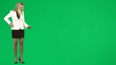 Affärskvinna som skickar ett meddelande agaisnt grön skärm footage — Stockvideo