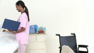 Panorama of Afro-American nurse talking to a little patient — Stock Video