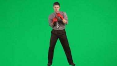 Uomo d'affari di boxe contro il metraggio di schermo verde — Video Stock