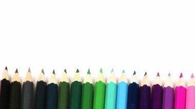Panorama barevné tužky v řadě — Stock video