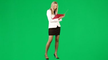 Businesswoman reading a report against green screen footage — Stock Video