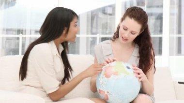 концентрированные бизнесмены, глядя на земной шар — Стоковое видео