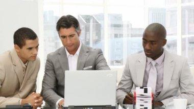 серьезных бизнесменов, работающих на компьютере — Стоковое видео