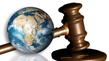 The Earth and a gavel. Concept of justice — Stock Video