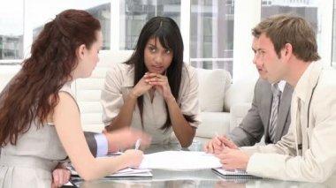 Bir toplantıda iş takım — Stok video