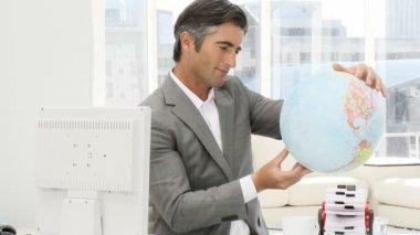 Hombre de negocios elegante sostiene un globo terrestre — Vídeo de Stock