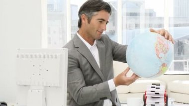 Homme d'affaires élégant tenant un globe terrestre — Vidéo
