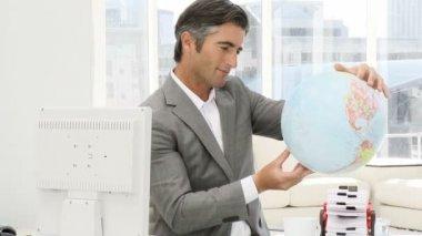 Elegante zakenman houden een terrestrische globe — Stockvideo