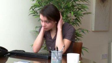 Stressad kvinna som arbetar på en dator — Stockvideo