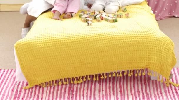 Panorama de la mère et les enfants qui jouent les cubes de jouet dans la chambre à coucher — Vidéo