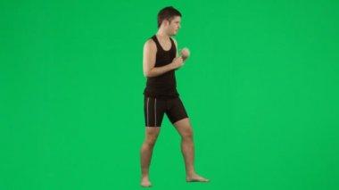 Joven de boxeo contra el metraje de pantalla verde — Vídeo de stock