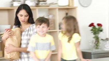 Moeder en kinderen klaar om te koken — Stockvideo