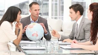 Manager holding a terrestrial globe in a meeting — Vidéo