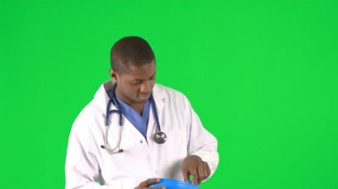 Footage of an ethnic male surgeon holding a pill with forceps — Stock Video