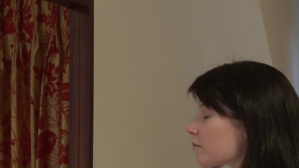 Mujer bonita poner crema para la piel — Vídeo de stock