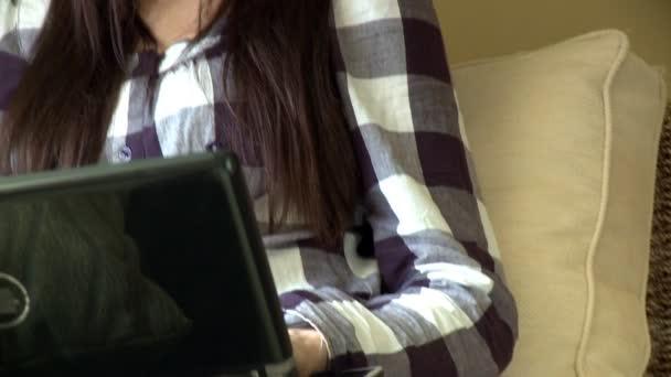 Femme très heureuse à l'aide d'un ordinateur portable avec oreillette sur — Vidéo