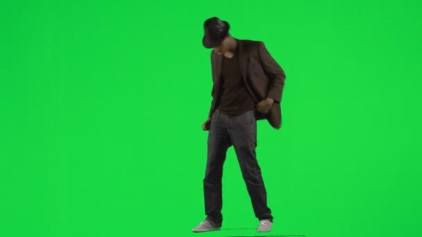 Étnico joven bailando con un sombrero y una chaqueta filmaciones — Vídeo de stock
