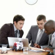 trois hommes d'affaires lors d'une réunion, parler affaires — Vidéo