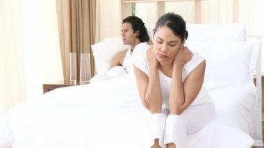 Naštvaná pár v posteli — Stock video