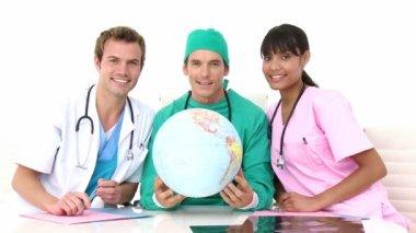 Mezinárodní lékařský tým drží zemský globus — Stock video