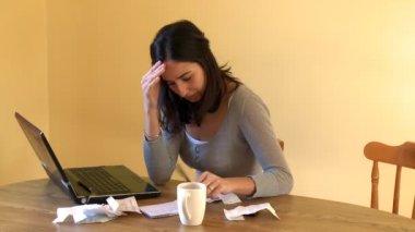 Yorgun kadın onun hesaplarını yapıyor — Stok video