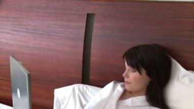 Bir dizüstü bilgisayar kullanarak ışık saçan bir kadın portresi — Stok video
