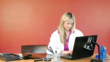 Female doctor using a laptop in hospital office footage — Stock Video