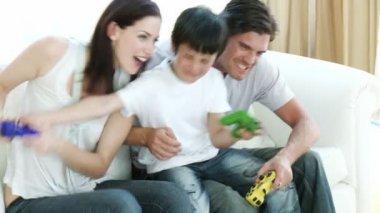 Jogar jogos de vídeo em casa de família — Vídeo Stock