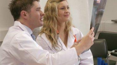 Medici al lavoro e aiutano a vicenda — Video Stock