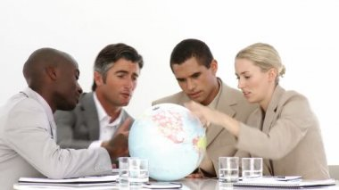 A meeting of business around a terrestrial globe — Vídeo Stock