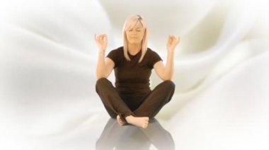 Yoga di practicising donna sola — Video Stock