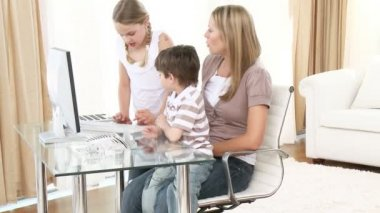 Mother and children using a computer — Stock Video