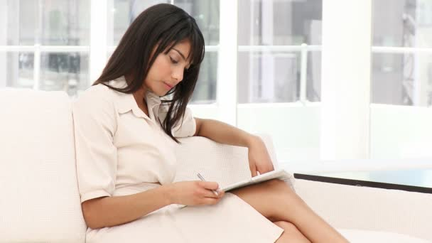 Femme d'affaires concentré des notes — Vidéo