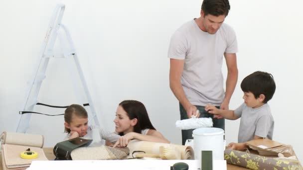 Familia feliz pintando una habitación — Vídeo de stock