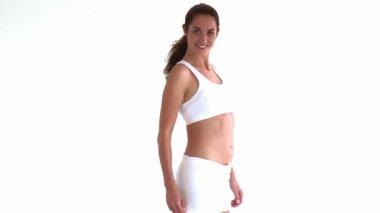 Sportowy hiszpanin kobieta pozowanie przed kamerą — Wideo stockowe