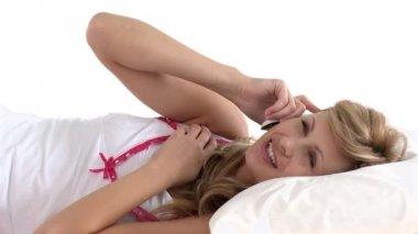 Donna felice parlando telefono distesa su un letto — Video Stock