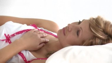 Pensive caucasian woman lying on a bed — Stock Video