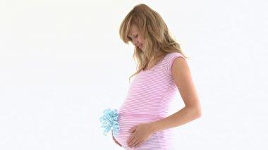 Zachwycony kobieta w ciąży sobie wstążką na brzuchu — Wideo stockowe