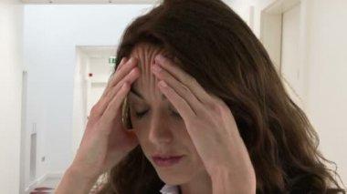 женщина, имеющая головной боли — Стоковое видео