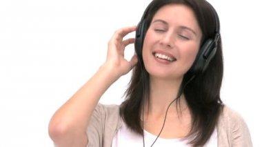 Zbliżenie kobiety, słuchanie muzyki — Wideo stockowe