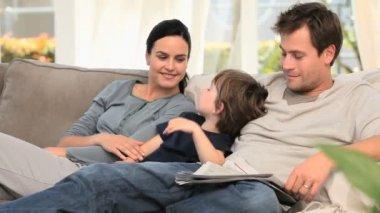 家庭在沙发上放松 — 图库视频影像