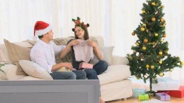 Man tittar på en gåva som erbjöds av hans hustru — Stockvideo