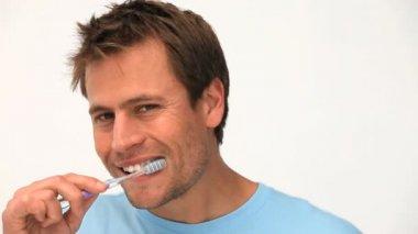 Un uomo di lavarsi i denti — Video Stock
