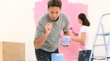 ピンク色の壁を塗るカップル — ストックビデオ