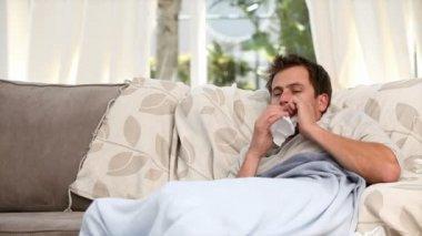 Donna dando pillole al marito malato — Video Stock