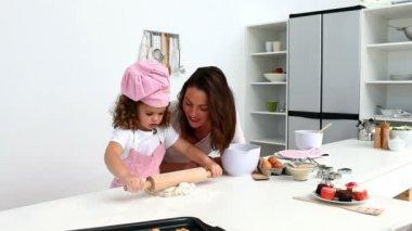 Belle femme de cuisson avec sa fille — Vidéo
