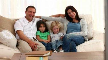 Família posando na frente da câmera — Vídeo Stock
