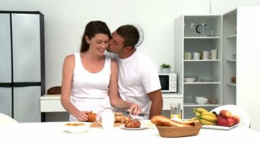 Man zijn vrouw voordat ze ontbijten knuffelen — Stockvideo